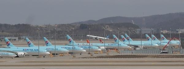 인천국제공항 제1터미널에 코로나19의 영향으로 다수의 항공기들이 멈춰서 있다. /연합뉴스
