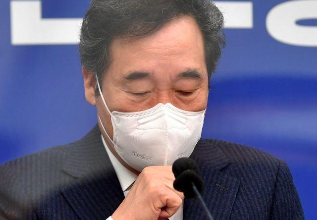 더불어민주당 이낙연 대표가 6일 서울 여의도 국회에서 열린 최고위원회의에서 마스크를 만지고 있다. 연합뉴스