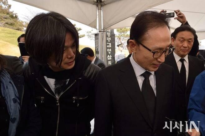 ▲주진우 기자(왼쪽)와 전직 대통령 이명박씨. ⓒ시사IN 페이스북.