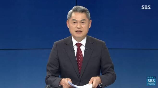 ▲ SBS '주영진의 뉴스브리핑'에서 주영진 앵커가 전날 있었던 인터뷰에서의 인종 차별 발언에 대해 사과했다. 사진=SBS 유튜브 갈무리.