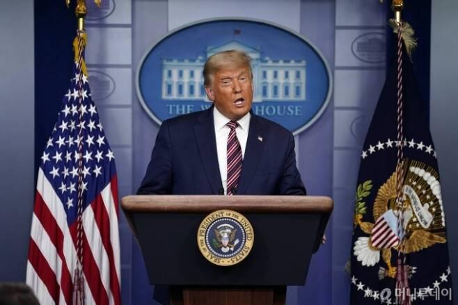 [워싱턴=AP/뉴시스]도널드 트럼프 미국 대통령이 5일(현지시간) 백악관 브리핑룸에서 기자회견을 하고 있다. 2020.11.06.