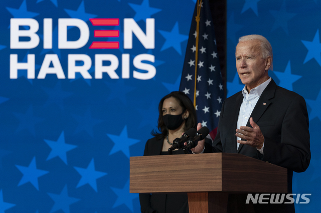 """[윌밍턴=AP/뉴시스]조 바이든 민주당 대선 후보가 5일(현지시간) 델라웨어주 윌밍턴에 있는 더 퀸 극장에서 카멀라 해리스 부통령 후보가 함께한 가운데 연설하고 있다. 바이든 후보는 """"개표가 끝나면 나와 해리스 부통령 후보가 승리할 것""""이라며 모두가 침착할 것을 당부했다. 2020.11.06."""