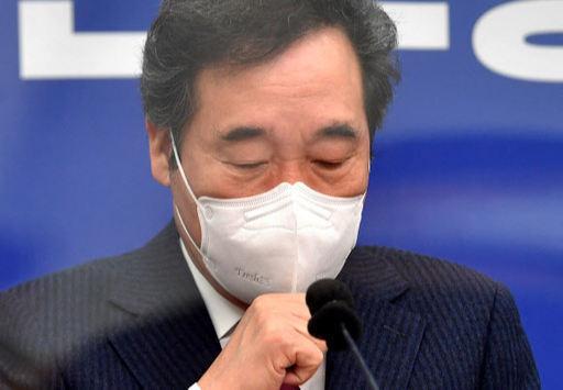 더불어민주당 이낙연 대표가 6일 오전 서울 여의도 국회에서 열린 최고위원회의에서 마스크를 만지고 있다. 뉴시스