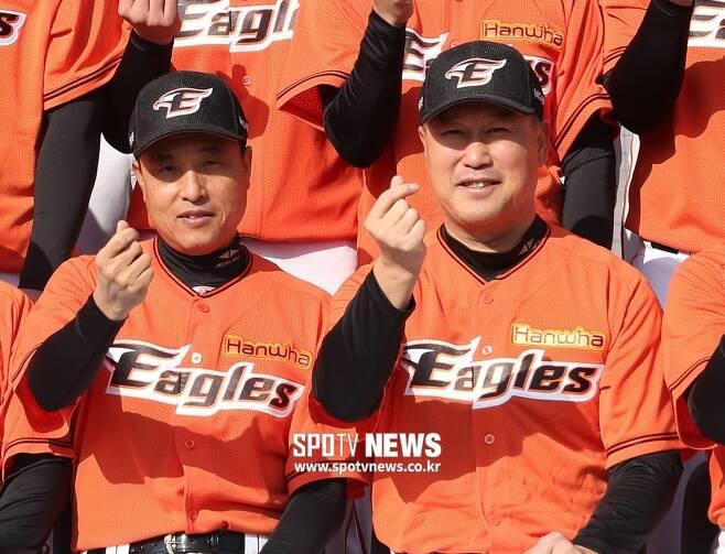 ▲ 6일 한화 이글스를 떠나게 된 송진우 코치(왼쪽), 장종훈 코치가 2018년 부임했을 당시. ⓒ곽혜미 기자