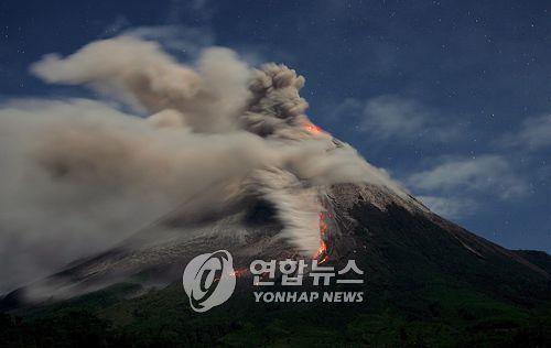 2006년 대폭발 당시 므라피 화산 모습 자료사진 [EPA=연합뉴스]