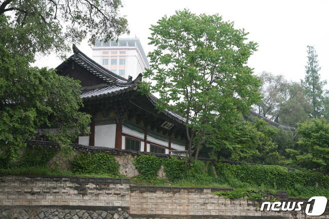 평양 숭인전의 측면 모습. 숭인전은 고려시대에 처음 세워졌고, 기자(箕子)를 제향하던 사당 건물로 지어졌다. (미디어한국학 제공) 2020.11.07.© 뉴스1