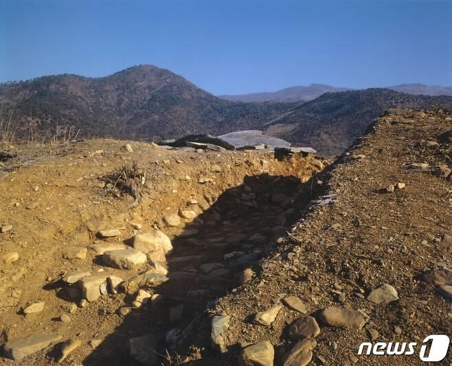 평양시 강동군 남강노동자구(향단리) 황대마을 앞산에서 발견된 황대성과 고인돌. 흙과 돌로 쌓은 황대성은 현재 약 300m 정도 남아 있다. (미디어한국학 제공) 2020.11.07. © 뉴스1