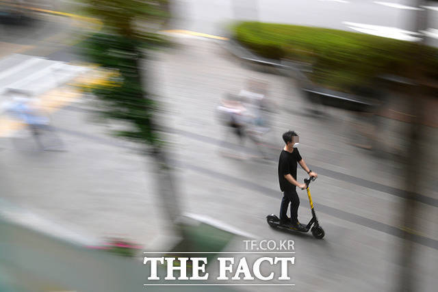 7일 경기 하남경찰서 등에 따르면 전날 오후 3시 50분께 하남시 교산동 인근 도로에서 전동 킥보드를 타던 A(56)씨는 60대 남성 B씨가 몰던 25톤 화물차에 치였다. 사진은 기사내용과 관계 없음. /더팩트 DB