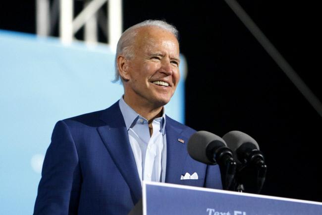 민주당 대선 후보인 조 바이든 전 부통령이 2020년 10월 29일 목요일 플로리다 주 박람회장에서 열린 드라이브인 집회에서 지지자들에게 연설하고 있다. / AP연합뉴스