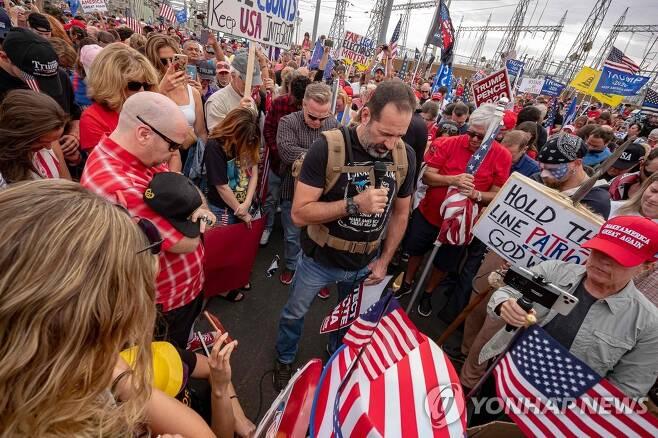 애리조나주 마리코파 카운티 투표소 앞에서 기도 중인 트럼프 대통령 지지자들 [AFP=연합뉴스]