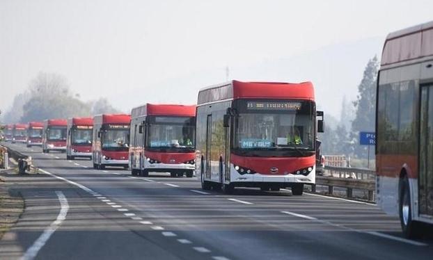 중국 전기차 회사 비야디(BYD)가 수출한 버스가 칠레 산티아고 시내를 주행하고 있다. /비야디