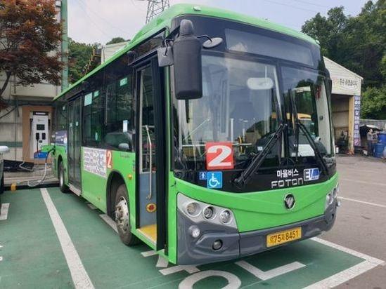 국내에 운행되는 전기버스 가운데 상당수는 중국산이다. 사진은 중국 포톤사가 제작한 버스이다. /연합뉴스