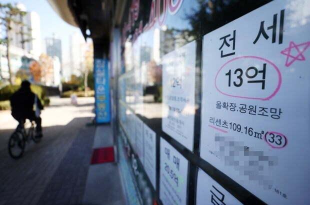 서울의 한 부동산중개업소에 붙은 매매·전세·월세 관련 정보란. /연합뉴스