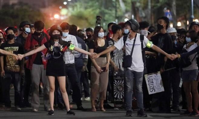 시위대가 서로 손을 잡고 있다./사진제공=로이터/뉴스1