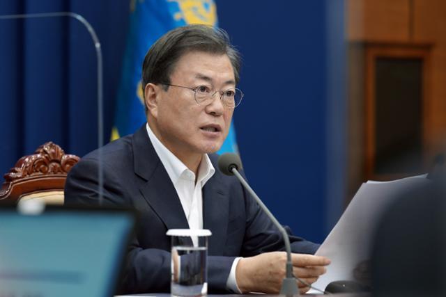 문재인 대통령이 9일 청와대 여민관에서 열린 수석·보좌관회의를 주재하고 있다. 뉴스1