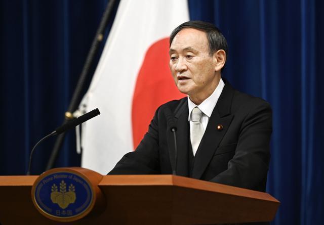 스가 요시히데 일본 총리가 9월 16일 오후 9시 관저에서 취임 후 첫 기자회견을 열고 있다. 도쿄=교도 연합뉴스