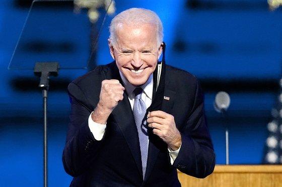 지난 7일 지지자들 앞에서 웃음을 터뜨린 조 바이든 미국 대통령 당선자. [AP=연합뉴스]