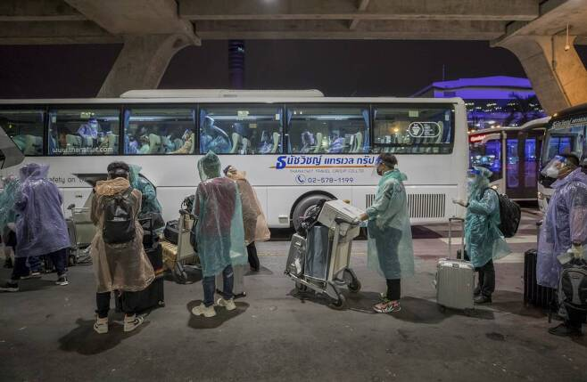 지난달 20일(현지시간) 태국 방콕의 쑤완나품 국제공항을 통해  특별 관광비자(STV)로 입국한 상하이 관광객들이 버스를 기다리고 있다. 태국은 코로나19 사태로 일반 여행객의 입국을 금지한 이래 7개월 만에 처음으로 중국인 관광객을 받았다. 관광객들은 공항에서 코로나19 검사를 받고 위치 파악 애플리케이션 설치를 마친 뒤 방콕에서 14일간의 격리에 들어간다. /사진=뉴시스