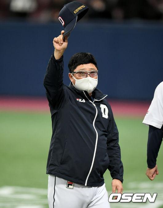 [OSEN=고척, 김성락 기자] 두산 김태형 감독이 팬들을 향해 인사하고 있다./ksl0919@osen.co.kr