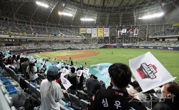 9일 서울 고척스카이돔에서 '2020 신한은행 SOL KBO 리그' 포스트시즌 플레이오프 1차전 두산 베어스와 KT 위즈의 중립 경기가 열렸다. KT 팬들이 응원을 펼치고 있다. 스포츠동아DB