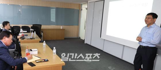 장원철 서울대 통계학과 강의를 수강하고 있는 선동열 전 감독. 정시종 기자
