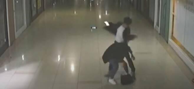 부산 덕천 지하상가 휴대폰으로 여성의 머리를 내리치는 남성. 페이스북 영상 캡처