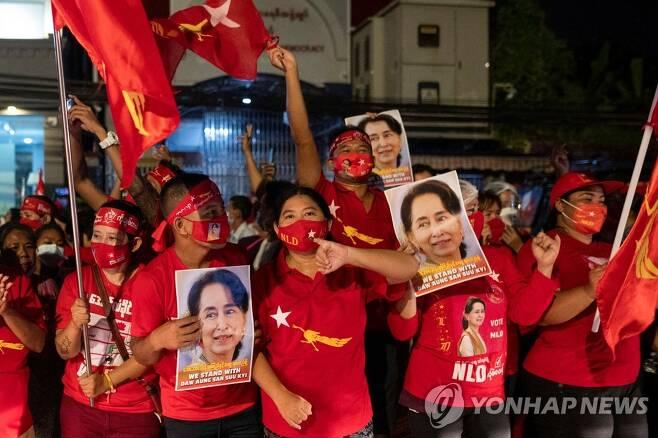 아웅산 수치 주도 미얀마 NLD 지지자들, '총선 압승' 자축 [양곤 로이터=연합뉴스 자료 사진]