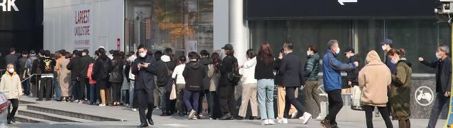 13일 오전 서울 명동의 유니클로 매장 앞에서 소비자들이 '+J(플러스 제이)' 컬렉션 제품을 구입하기 위해 줄을 서고 있다. /김연정 객원기자