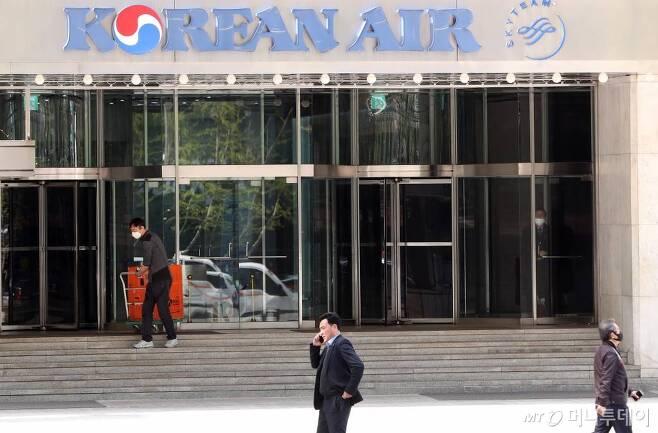 지난 4월 24일 오후 시민들이 서울 중구 대한항공 서소문사옥 앞을 지나고 있다. / 사진=김휘선 기자 hwijpg@
