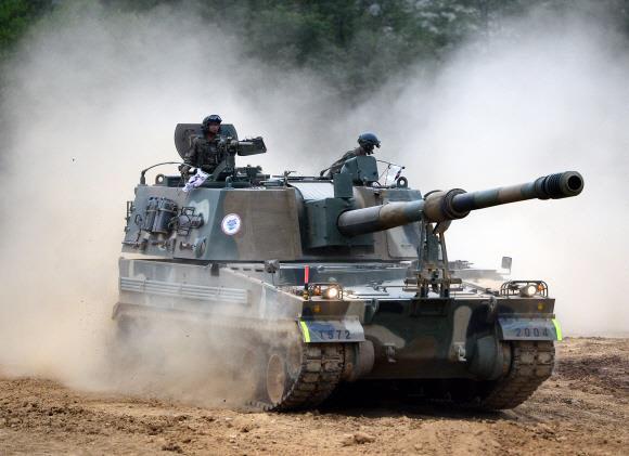 K9 자주포가 기동훈련하는 모습. 한화테크윈은 성능이 더욱 향상된 2차 개량형 K9A2에 이어 2030년 원격 무인 조종되는 K9A3 개발을 목표로 하고 있다.