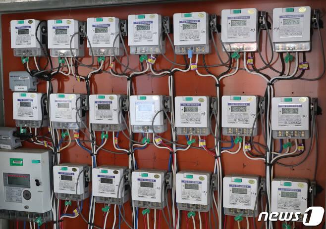 서울의 한 다세대주택에 설치된 전기계량기. /뉴스1DB