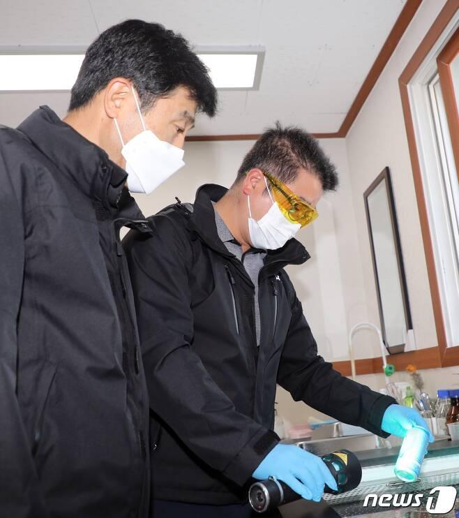 제주지방경찰청 고명권 과학수사계장과 이창용 경위가 증거 분석을 시연하고 있다. /© 뉴스1
