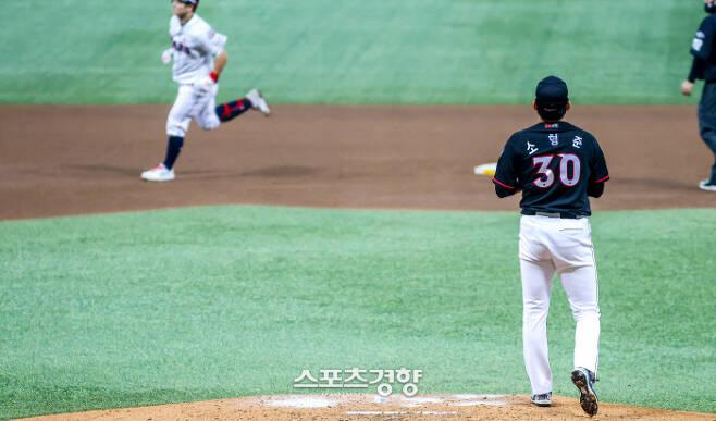 kt 위즈 소형준이 13일 서울 고척스카이돔에서 열린 2020 신한은행 SOL KBO 플레이오프 4차전 두산 베어스와의 경기에서 4회말 2점 홈런을 친 최주환을 바라보고 있다.  고척 | 이석우 기자