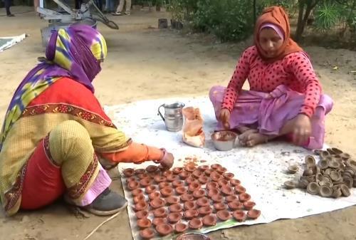 인도에서 소똥 등잔을 만드는 모습 [ANI통신·재판매 및 DB 금지]