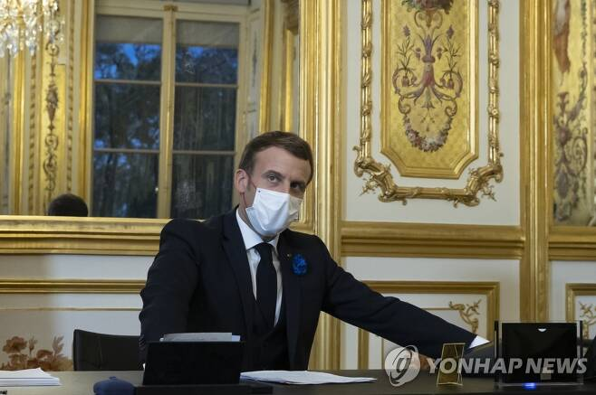 바이든 미국 대통령 당선인에게 축하 전화하는 마크롱 프랑스 대통령 [AP=연합뉴스 자료사진]