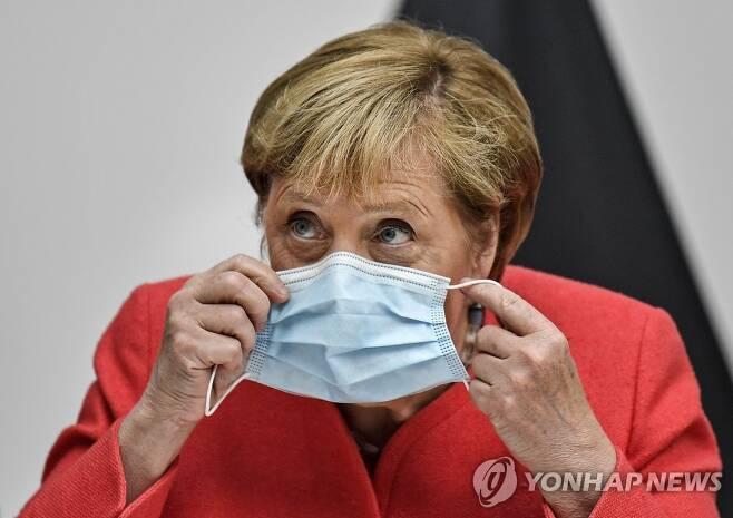 마스크를 착용하는 메르켈 총리 [AP=연합뉴스]