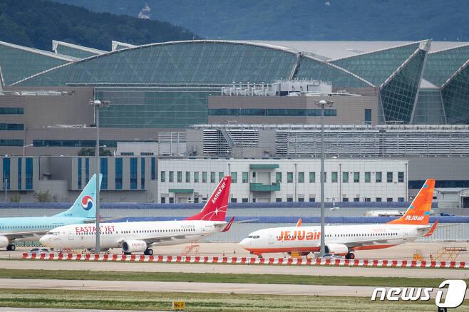 24일 인천국제공항 계류장에 제주항공과 이스타항공 항공기가 멈춰 서 있다. 2020.7.24/뉴스1 © News1 유승관 기자