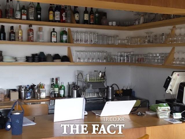 강화 여행자들과 지역 주민들이 만나는 매개적 공간 역할을 하고있는 펍 레스토랑 '스트롱 파이어' 내부 전경./ 강화=허지현 기자