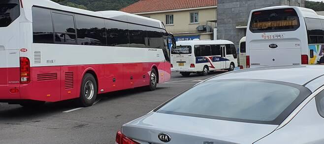 제주 소규모 단체여행이 늘어나면서 직격탄을 맞았던 전세버스 업체가 기지개를 켜고 있다.사진은 제주의 한 단체식당에 단체 여행객을 태우고 온 전세버스.