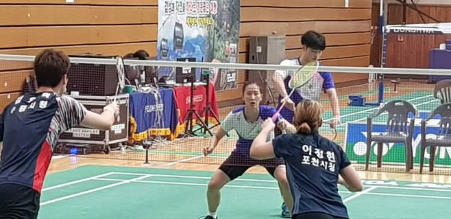 장예나가 왕 찬과 함게 혼합복식 경기를 하는 모습.