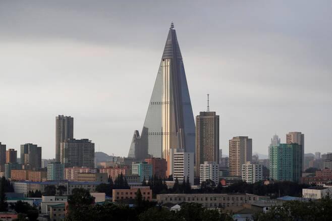 2017년 7월 찍은 평양 류경호텔.105층으로 피라미드모양이다./AP연합뉴스