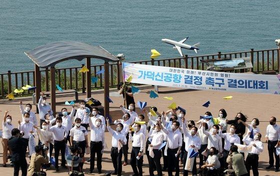 부산시의회 여야 시의원 40여 명이 지난 9월 28일 오전 부산 강서구 가덕도 대항전망대를 찾아 '가덕신공항 결정 촉구 결의대회'를 개최했다. 송봉근 기자