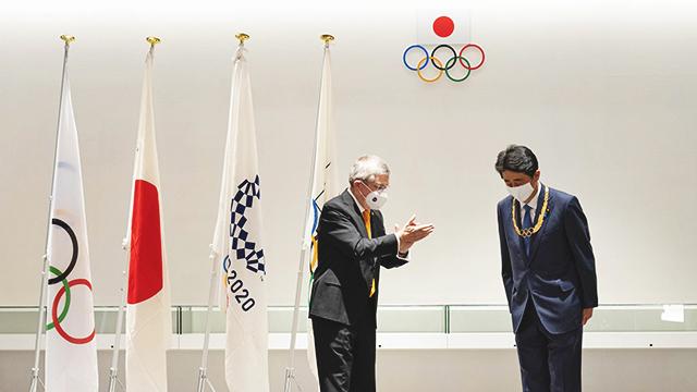토마스 바흐 IOC 위원장이 16일 아베 신조 전 일본 총리에게 올림픽 발전에 기여한 인사에게 주는 '올림픽 훈장'을 수여한 뒤 박수 치고 있다. [사진 출처 : IOC 홈페이지]