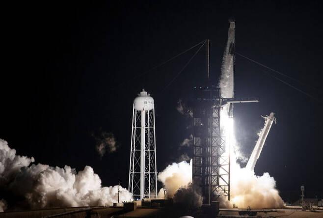 민간 우주기업 스페이스X가 만든 우주선 '리질리언스'(회복력)가 4명의 우주비행사를 국제우주정거장(ISS)으로 보내는 미 항공우주국의 '크루 1' 임무를 수행하기 위해 15일 오후 7시27분(한국시간 16일 오전 9시27분) 미국 플로리다주 케네디우주센터에서 팰컨9 로켓에 실려 발사되고 있다. EPA연합뉴스