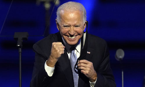 지지자들을 향해 활짝 웃고 있는 조 바이든 미국 대통령 당선인. 윌밍턴=AP연합뉴스