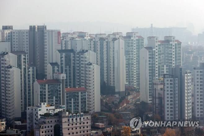 서울 서대문구 안산에서 바라본 종로구 일대 아파트 단지 모습 [연합뉴스 자료사진]