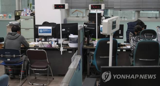 대출 상담 중인 소상공인들 [연합뉴스 자료 사진]