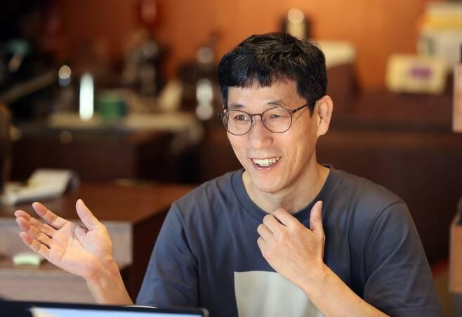 /박상훈 기자 16일 서울 연남동의 독립서점에서 만난 진중권 전 동양대 교수.