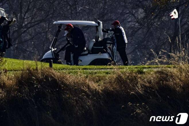 도널드 트럼프 미국 대통령이 14일(현지시간) 워싱턴 인근 버지니아주 스털링에 위치한 트럼프 내셔널 골프클럽에서 카트를 내리고 있다./사진=(스털링 AFP=뉴스1)