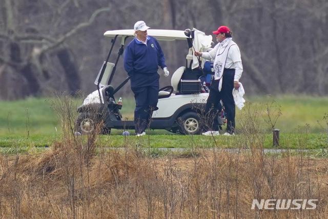 [스털링=AP/뉴시스]도널드 트럼프(왼쪽) 미국 대통령이 15일(현지시간) 미 버지니아주 스털링에 있는 트럼프 내셔널 골프클럽에서 골프를 치고 있다. 2020.11.18.